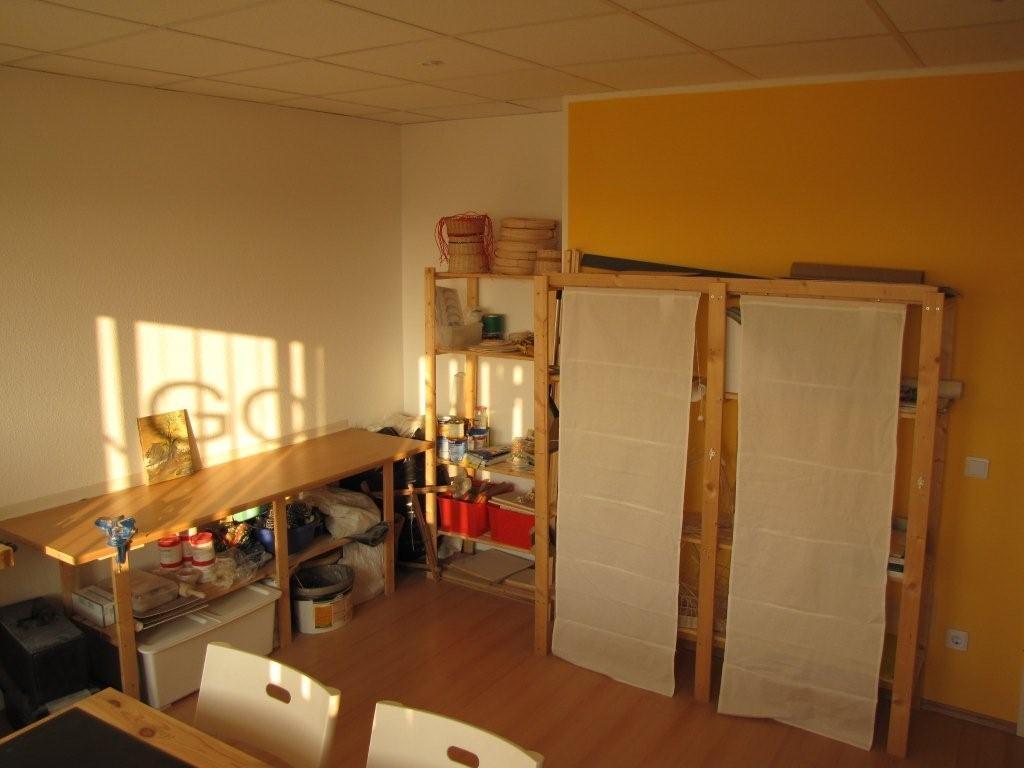 Raum mit unterschiedlichen Gegenständen der Ergotherapie